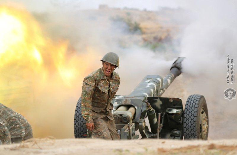 亞美尼亞和亞塞拜然在納哥諾卡拉巴克地區爆發軍事衝突,一名亞美尼亞軍人上月廿九日對敵方開砲。路透