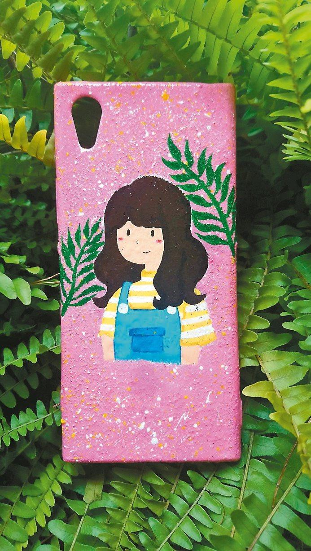 乳癌切除乳房後,堂姊彩繪手機殼自娛娛人。圖/木蘭飛彈提供