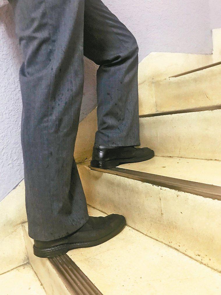 1 上樓時,整個腳掌都踩穩在階梯面上,可以更省力更安全上樓。圖/簡文仁提供