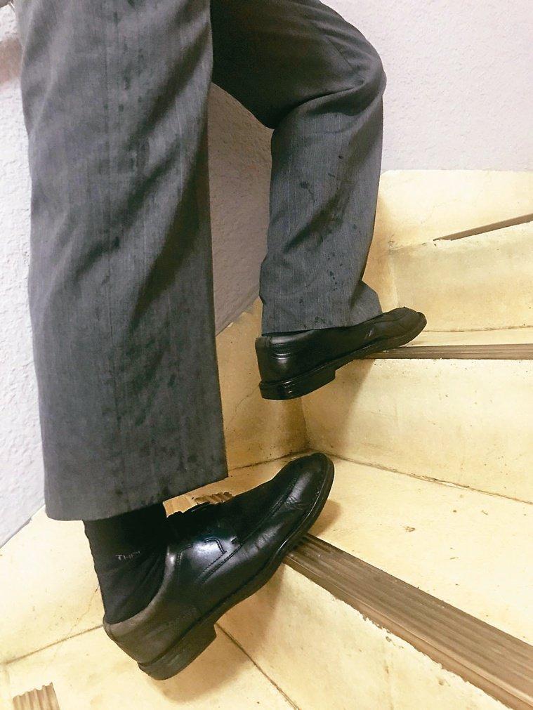 3 有扶手可扶,也可以踩在階梯邊緣時,順便伸直膝蓋讓腳跟下陷,以伸展拉筋。圖/簡...