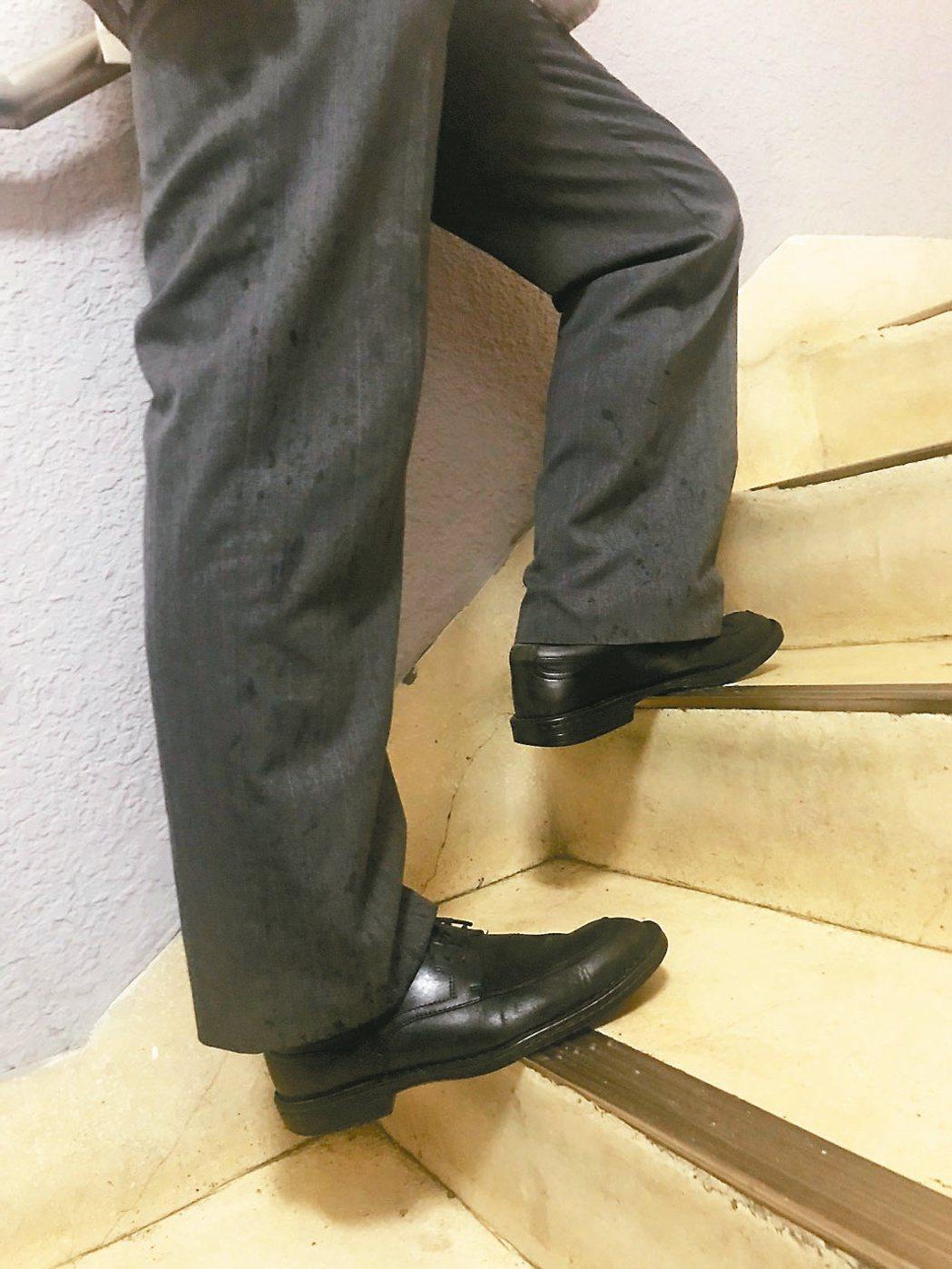 2 想快點上樓,可以一半腳掌踩在階面邊緣上樓,順便刺激足底腳心的湧泉穴。圖/簡文...