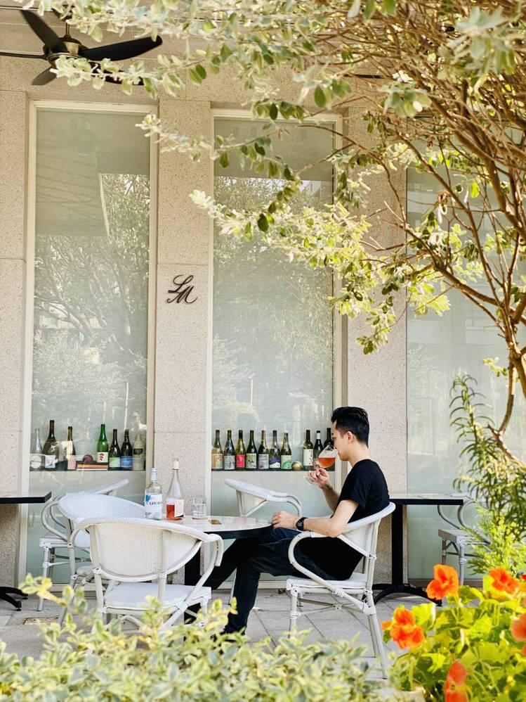 戶外花園區提供輕食等點心。圖/摘自小樂沐臉書。