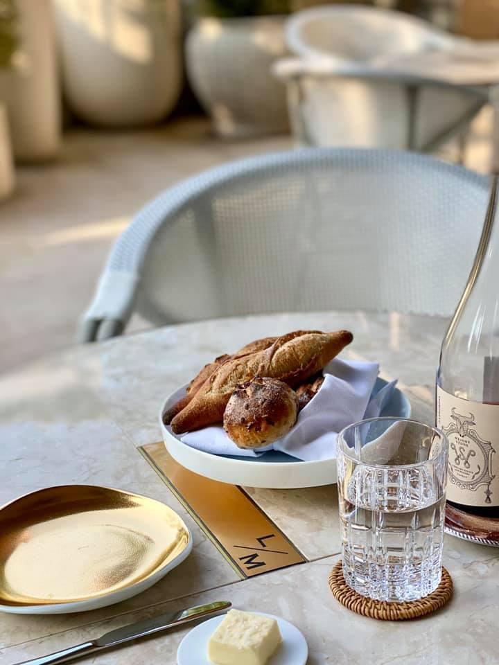 餐廳內的法國麵包,都是小樂沐自製。圖/摘自小樂沐臉書。