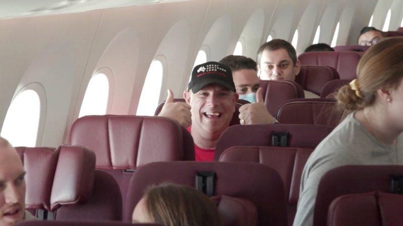 「哪裡都不去」班機10月10日從澳洲雪梨起飛,旅程經過昆士蘭州、黃金海岸、新南威爾士州,及澳洲內陸地帶,將飛越雪梨、大堡礁,滿足乘客不能出國卻又想搭飛機的願望。路透