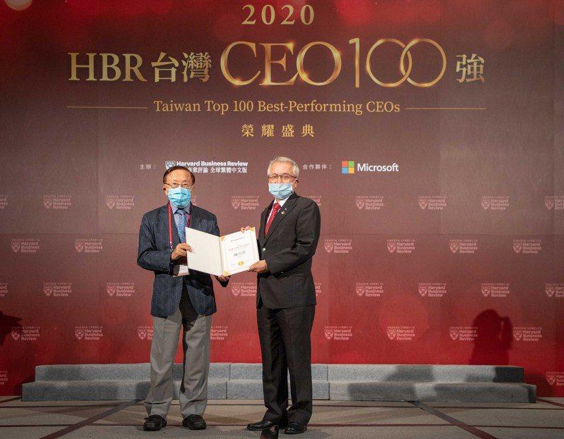 上海商銀總經理陳善忠(右)獲選「台灣CEO100強」,並由頒獎人哈佛商業評論全球繁體中文版董事長高希均( 左)手中接下這項大獎。圖/上海商銀提供
