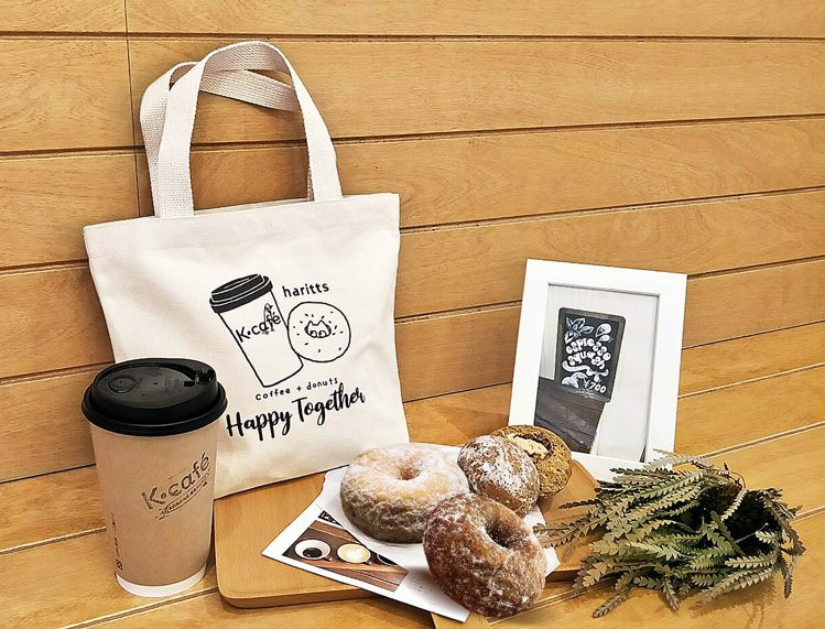 「K CAFÉ」聯手「haritts」,甜甜圈搭配湘南黑潮咖啡,每組售價300元...