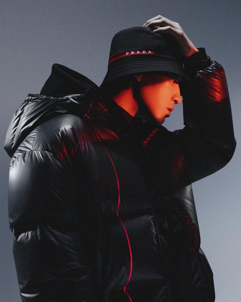 EXO「門面擔當」的朴燦烈演繹最新Prada Linea Rossa 2020秋冬系列形象大片。圖/PRADA提供