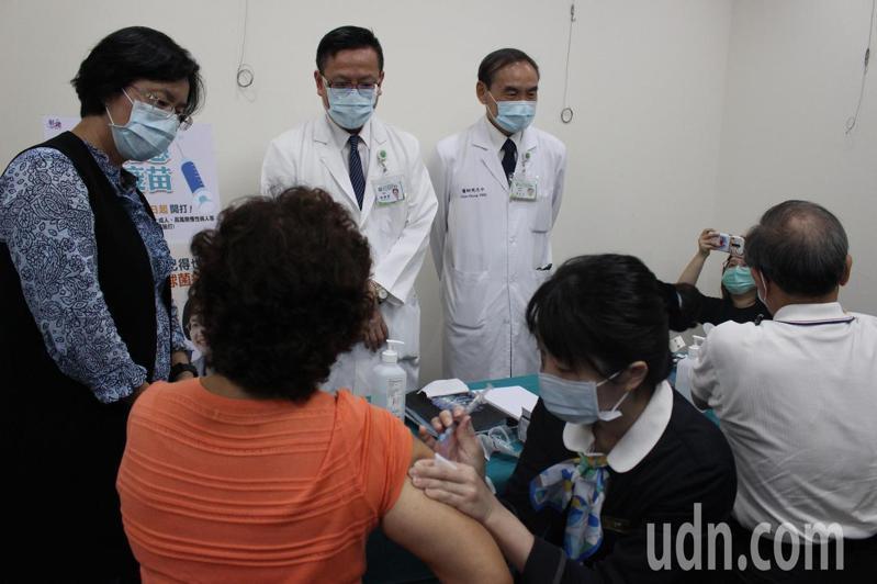 彰化基督教醫院今天上午有許多民眾施打公費流感疫苗。記者林敬家/攝影
