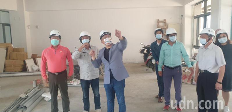 立法院副院長蔡其昌(左三)今天和台中市議員謝志忠(左一)等人,到台中豐原南陽國小,了解將完工的大樓設備問題。記者游振昇/攝影