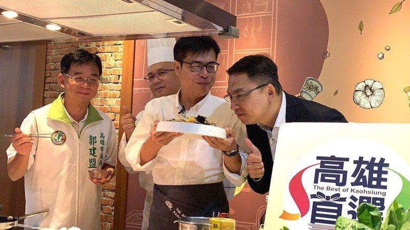 高雄市長陳其邁(中)炒一道「青木瓜煸薑炒肉片」,菜香撲鼻。記者徐如宜/攝影