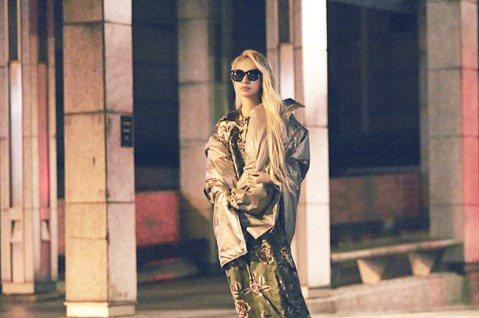 田馥甄(Hebe)在演唱會首唱新歌「無人知曉」,感動數萬名樂迷,在MV中則賣力詮釋直抵愛情苦楚的模樣,悲情崩潰模樣讓粉絲看了心疼萬分,紛紛落淚。另外她因應劇情以罕見的白髮入鏡,模樣令人耳目一新,直讚...