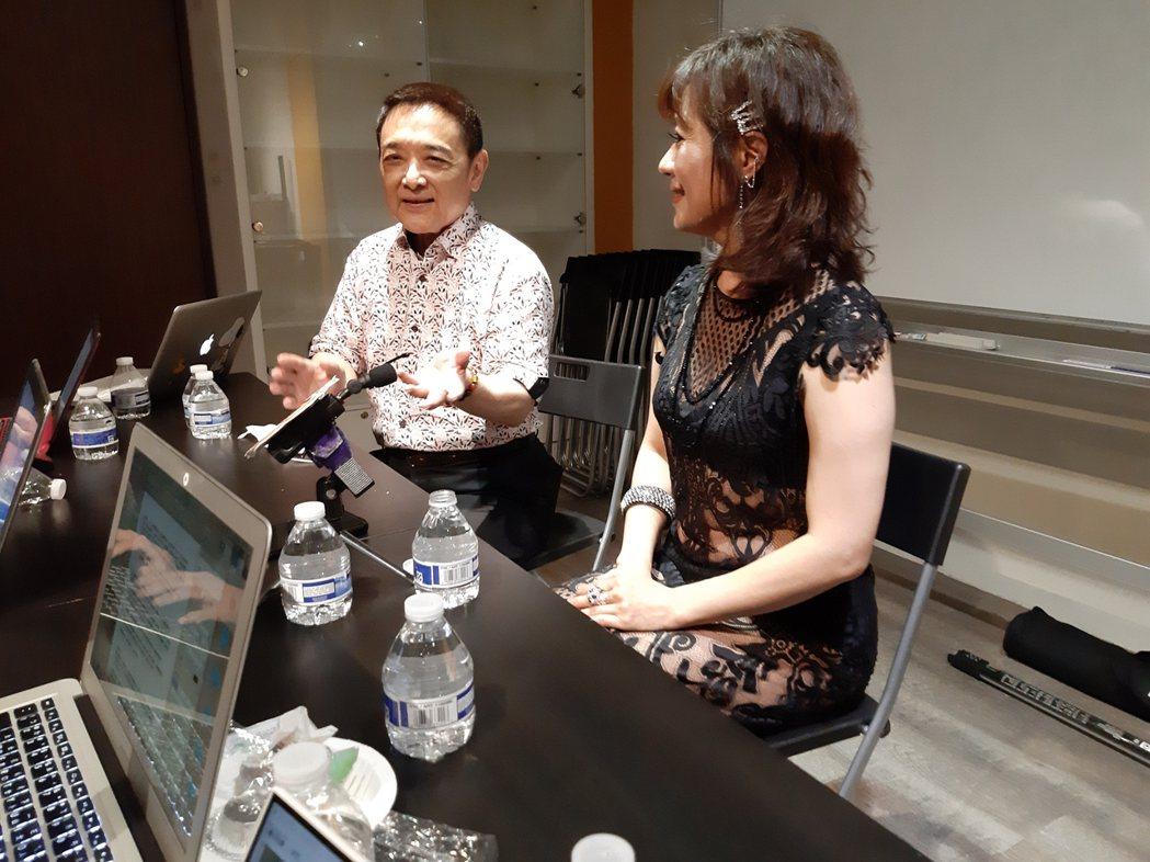 林姿佑(右)和老公小亮哥出席瘦身產品活動。記者林怡秀/攝影