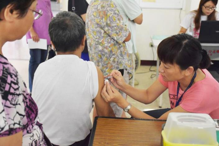 新竹縣今年採購14萬劑流感疫苗,迄今獲配6萬8524劑,目前接種量已達4萬6926劑,較去年同期暴增5倍。圖/新竹縣政府提供