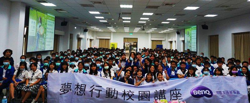 南光高中邀請沈芯菱(中)到校分享逆境人生打拚過程。記者謝進盛/翻攝