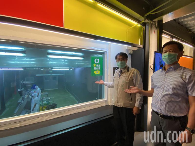 台南市長黃偉哲(左)今天到黑橋牌香腸的工廠內,在董事長陳春利陪同下參觀。記者修瑞瑩/攝影