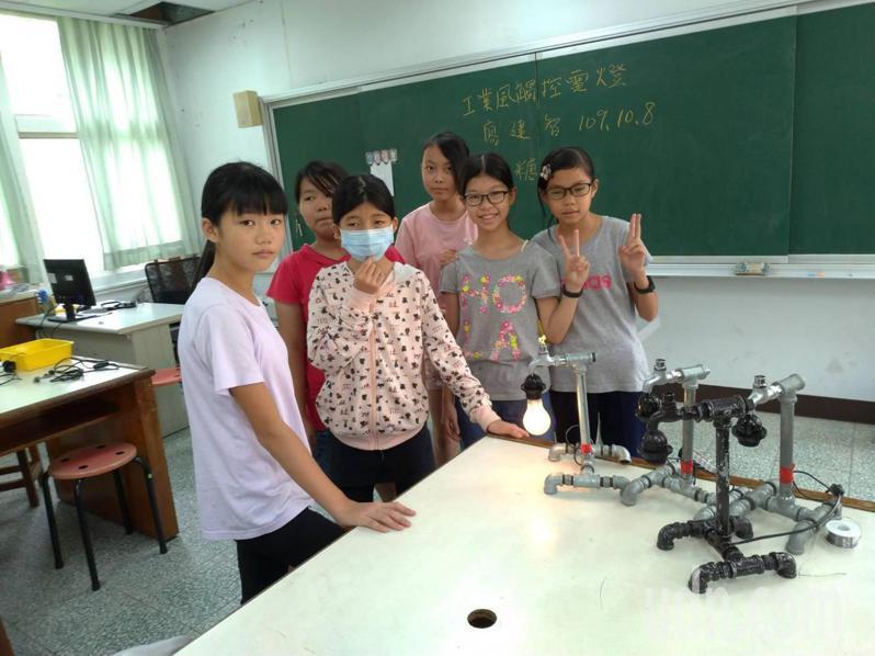 水電工程師廖建智教善糖國小學童廢料自製觸控檯燈,了解電流電路原理。記者周宗禎/攝影