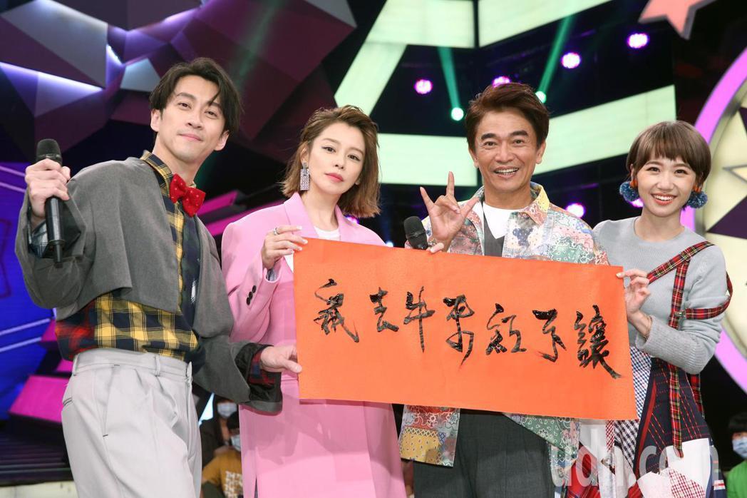 徐若瑄(左二)與吳宗憲(右二)、陳漢典(左一)、Lulu(右一)下午錄節目,吳宗...