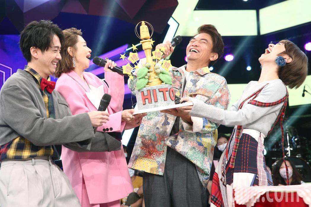 徐若瑄(左二)與吳宗憲(右二)、陳漢典(左一)、Lulu(右一)下午錄節目,徐若...