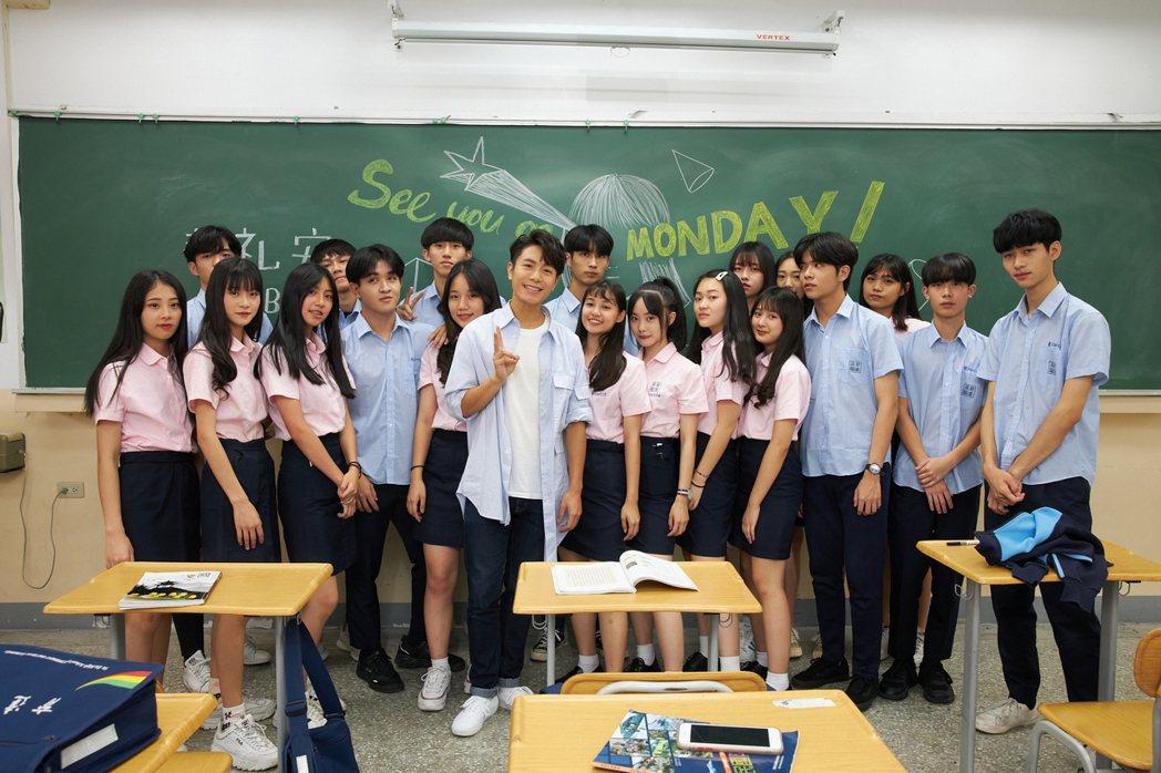 韋禮安(前)和同學們合作,當中竟有過去參與MV的一員。圖/The Orchard...