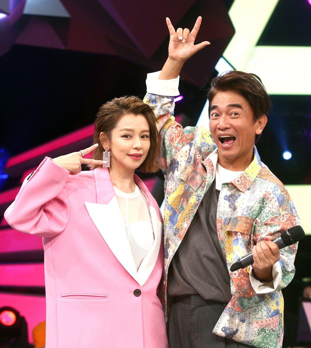 徐若瑄(左)今錄三立「綜藝大熱門」宣傳新專輯。記者蘇健忠/攝影