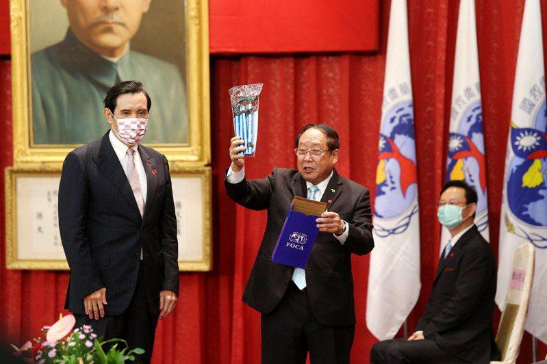 前總統馬英九今天出席華僑節慶祝大會,致詞後主辦單位贈送健行杖。記者邱德祥/攝影