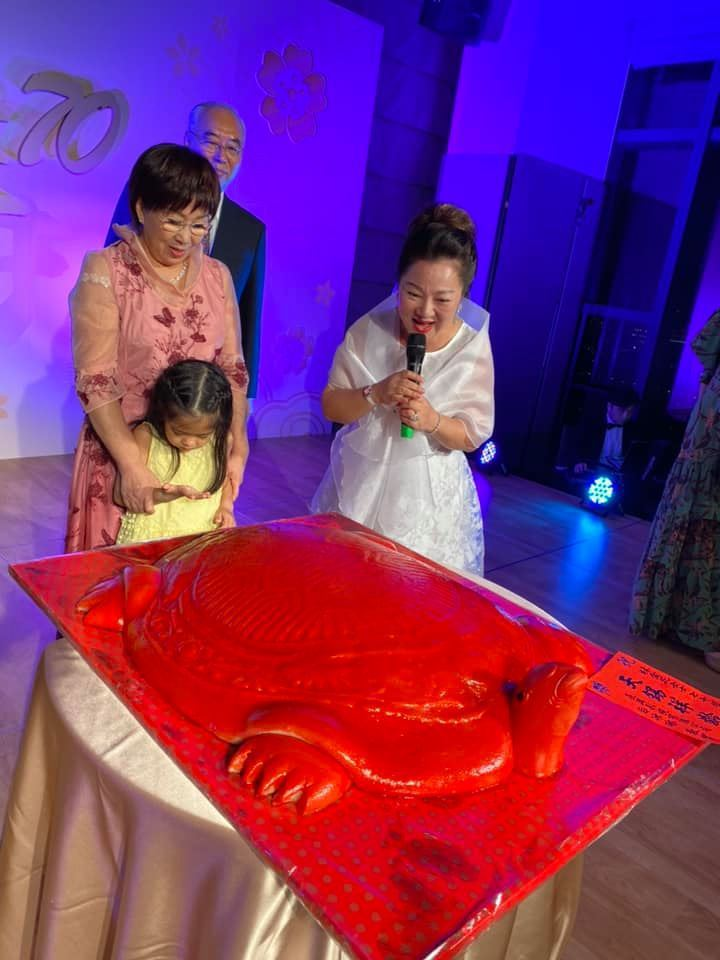 白冰冰(右)送上重達30斤的鳳片糕壽龜。圖/摘自臉書