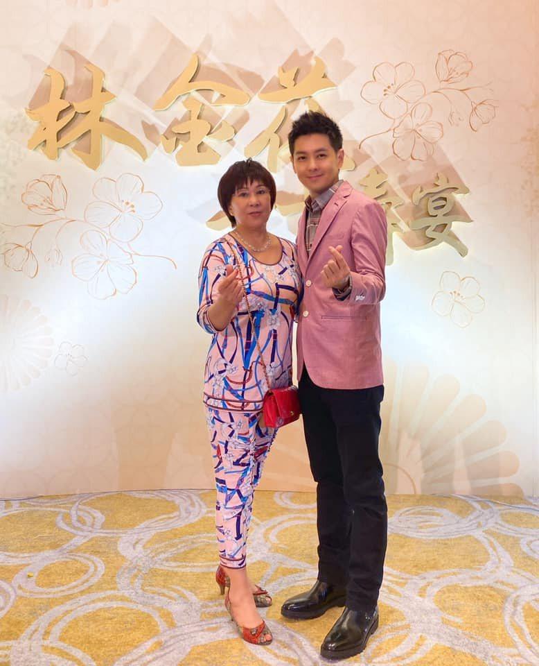 林志穎(右)為媽媽舉辦壽宴。圖/摘自臉書