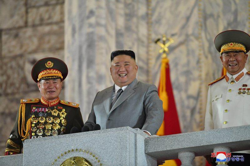 北韓領導人金正恩(中)10日在勞動黨建黨75周年的閱兵大典上閱兵。路透