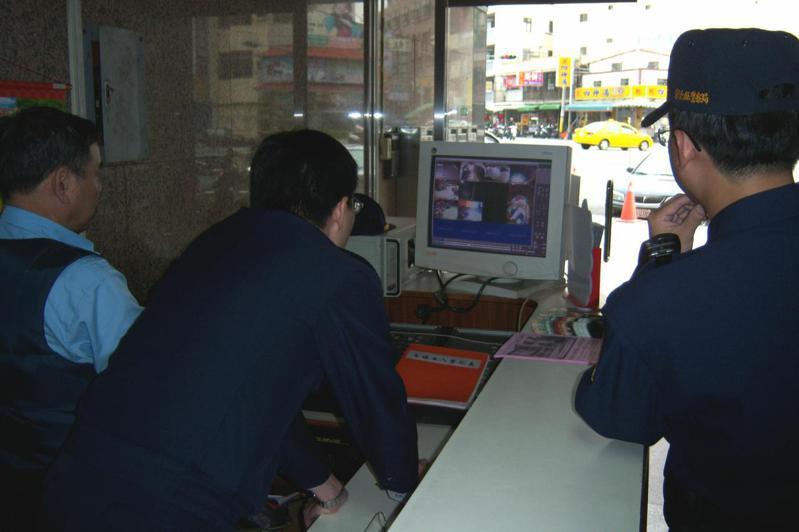 員林警方和財經大樓陳姓管理員(左一)當年再三檢視各監視器錄影帶畫面,就是看不到劉婦與小女兒離開大樓的蹤影。圖/聯合報系資料照片