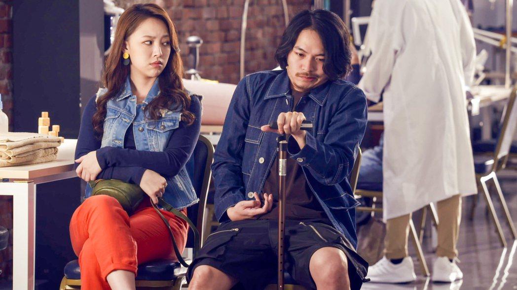 楊銘威(右)飾演的蘇秉仁意外中風。圖/公視提供