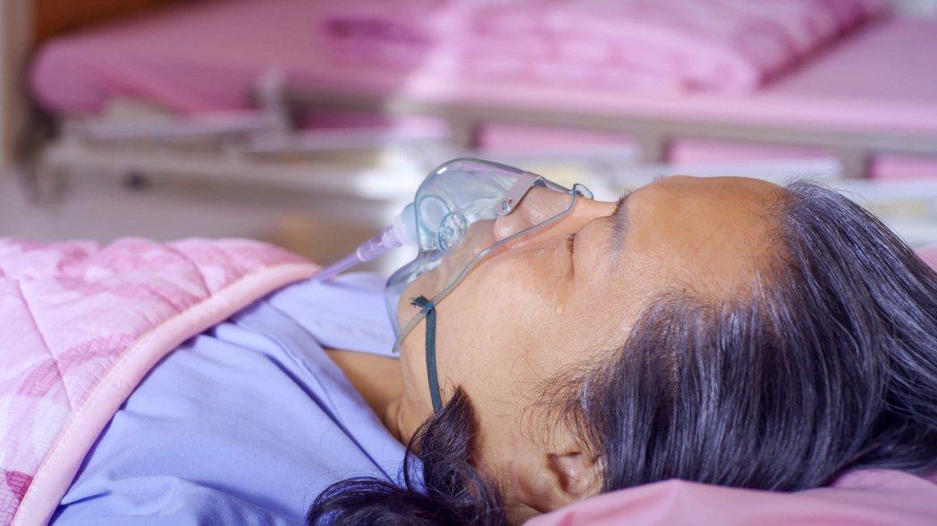 一哥(許傑輝飾)臥病在床流下一滴男兒淚。圖/公視提供