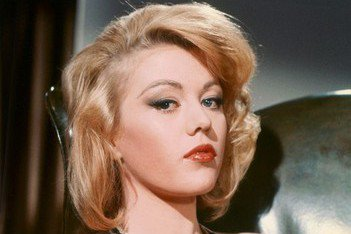 曾在「007金手指」演出「龐德女郎」的英國女星瑪格麗特諾蘭,昨(12)日傳出與世長辭,享壽76歲,她的兒子則在推特上證實此事,並未透露死因。瑪格麗特曾在披頭四樂團的音樂電影「一夜狂歡」等多部電影都有...