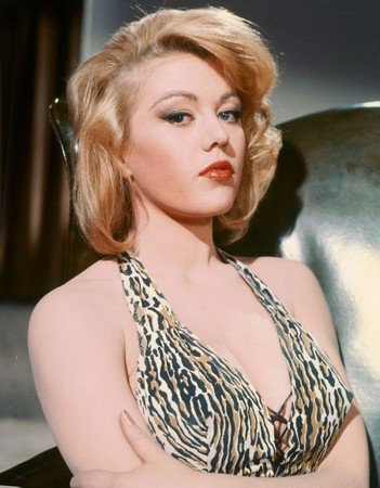 瑪格麗特諾蘭逝世曾在「007金手指」有性感演出。圖/摘自IMDb