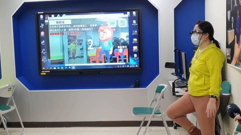 患者也可搭配AR眼鏡一起使用。記者楊雅棠/攝影