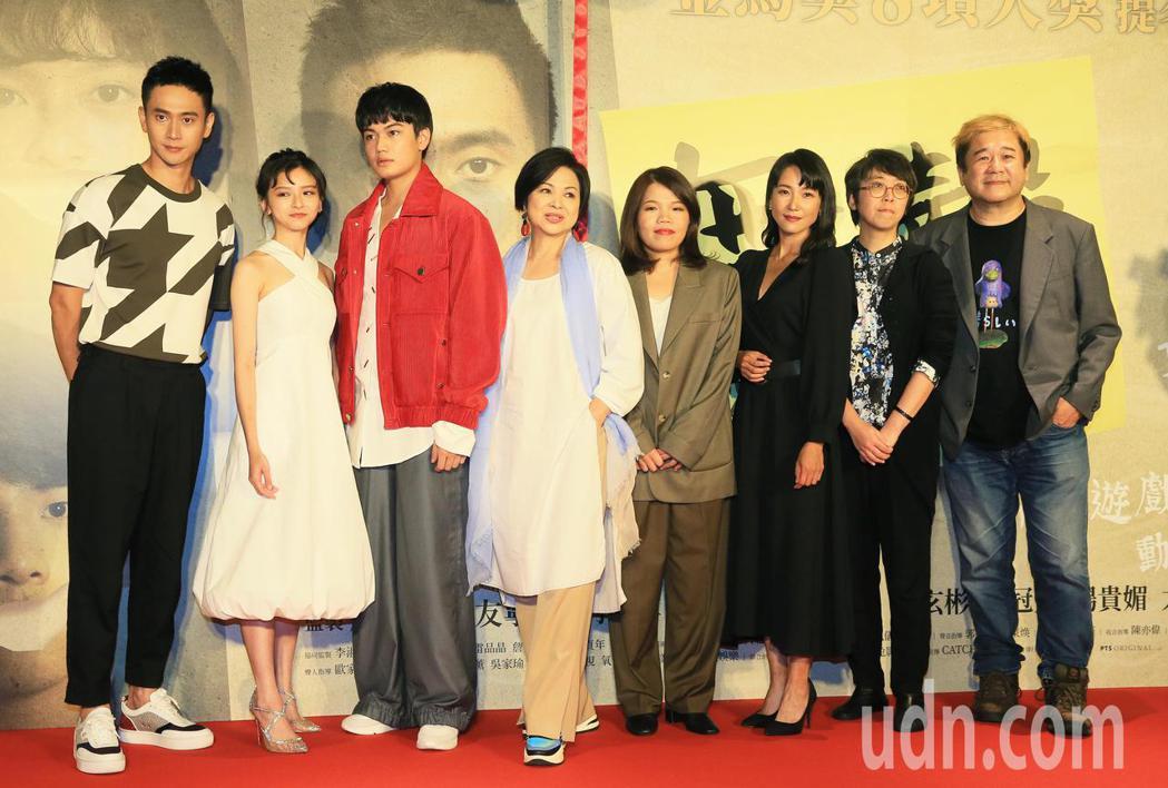 「無聲」今晚首映,男女主角劉子銓(左三)及陳妍霏(左二)及導演柯貞年(右四)等出...