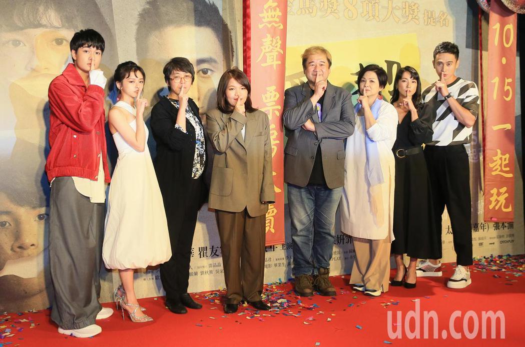 「無聲」今晚首映,男女主角劉子銓(左一)及陳妍霏(左二)及導演柯貞年(左四)等出...