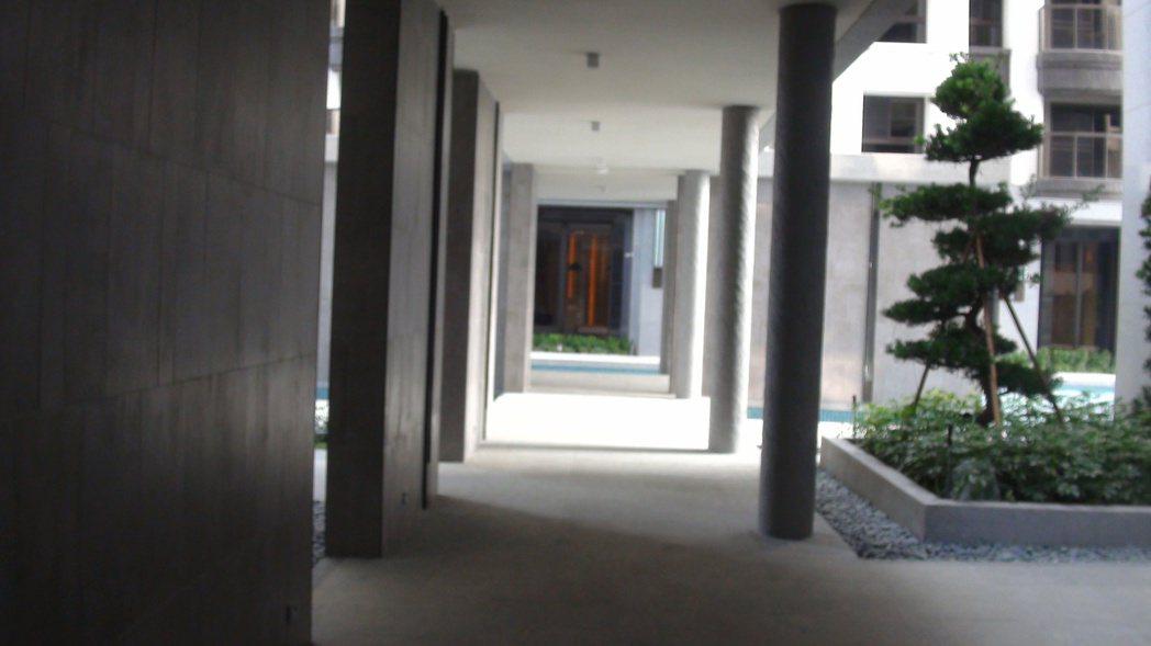 「欣橋之星」中庭的風雨走廊,很有度假飯店的FU。記者王昭月/攝影