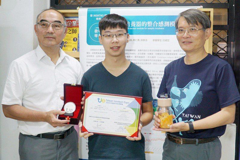 彰化縣大葉大學師生參加「2020台灣創新技術博覽會」,研發「無菌培養器的整合感測模組」將感測模組結合瓶蓋設計,透過雲端就能掌握培育環境變化,也能節省巡視的人力,獲評審肯定拿下銀牌獎。圖/大葉大學提供