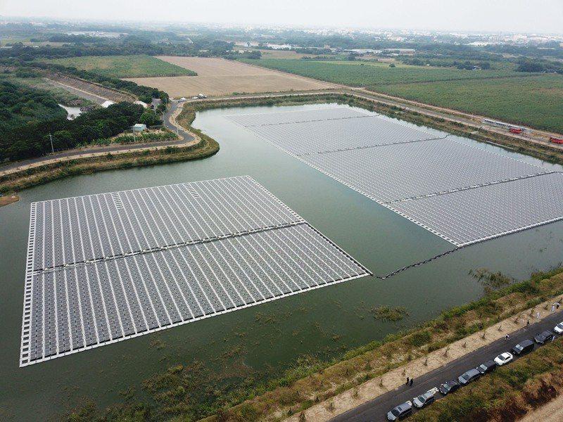 嘉義縣首座浮力式滯洪池太陽光電廠,預計發電效益可供1700多戶家庭一年的用電,減少3320噸碳排放量。圖/嘉義縣政府提供