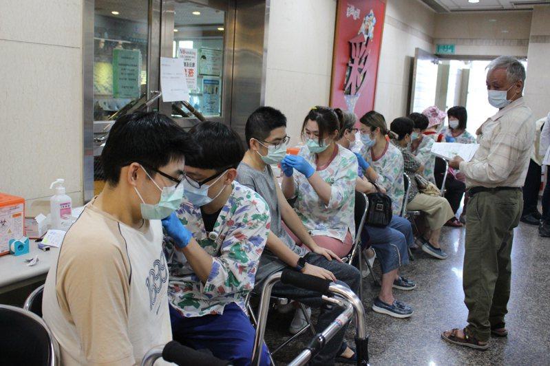 彰化基督教醫院昨有許多民眾排隊等著施打公費流感疫苗。記者林敬家/攝影