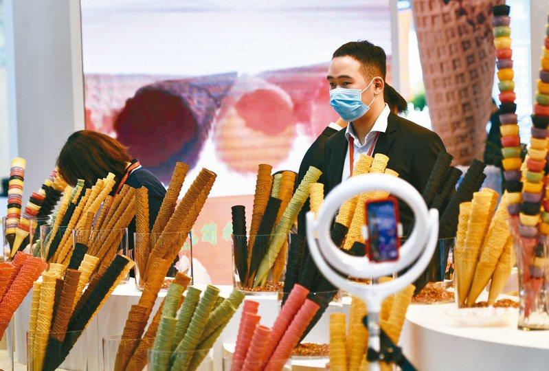 第23屆中國冰淇淋及冷凍食品產業博覽會,12日在天津舉行,吸引約300家展商參展。(新華社)