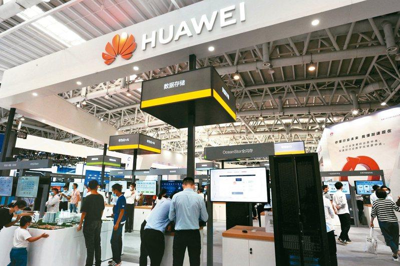 「2020胡潤中國10強消費電子企業」榜單12日出爐,華為以1.1兆元(人民幣,下同)價值成為中國大陸最值錢消費電子企業。圖為第三屆數字中國建設成果展覽會的華為展位。 (中新社)