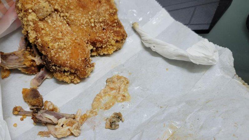 一名男子日前在炸物店買了一份雞排,一口咬下去後,沒想到瞬間卻嚐到滿滿「蟑螂騷味」。圖/取自《爆怨公社》