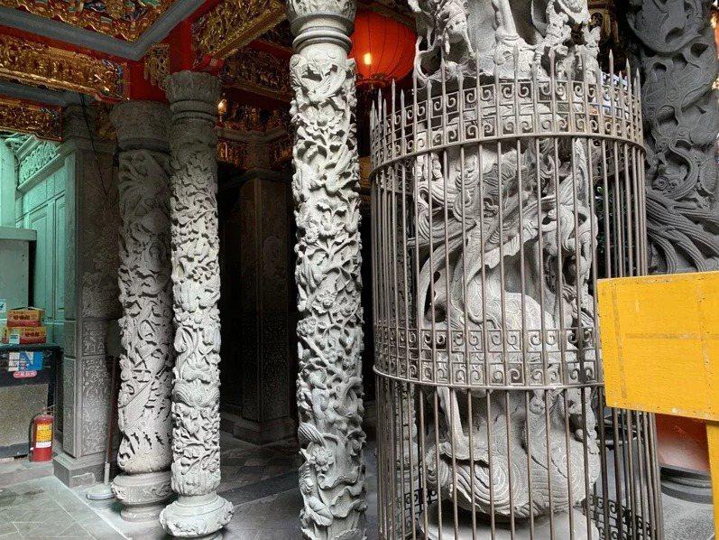 清水祖師廟有136根龍柱,其中已有24根從大陸電動雕刻運送來台的龍柱(左側較細),對比右方台灣手工雕刻的龍柱,更顯得出細緻度的差異。 記者張曼蘋/攝影