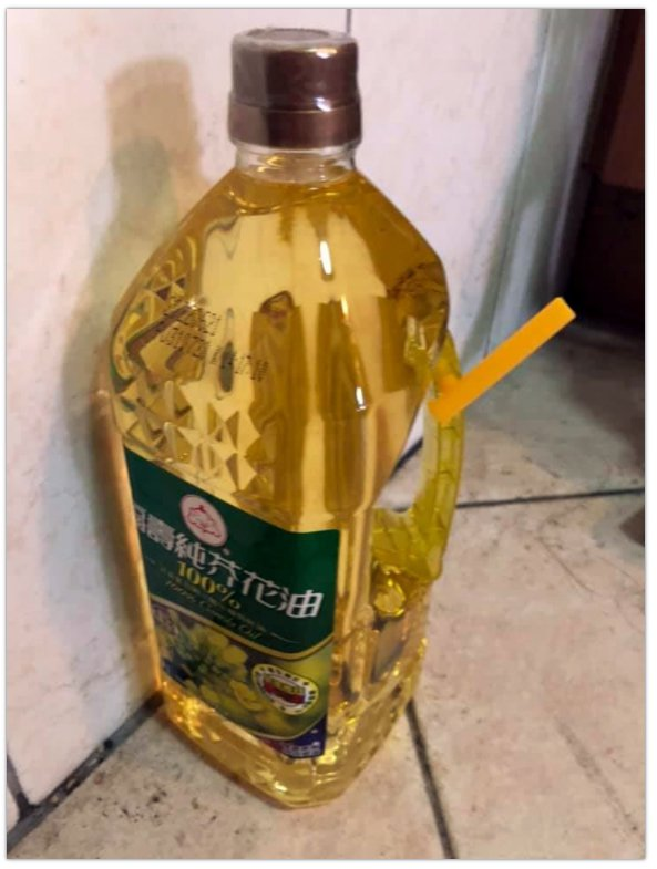 有網友發現全聯販售的一款葵花油把手上黏著一支黃色小管卻不知用途。圖擷自「我愛全聯-好物老實説」臉書社團