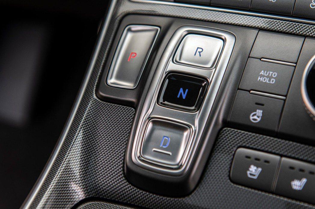 小改款Hyundai Santa Fe首度採用線傳排檔。 摘自Hyundai