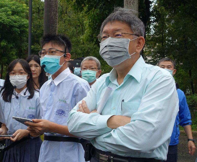 台北市長柯文哲(前右)13日下午出席「台北市109學年度雙語教育論壇」活動,會前受訪被問及「基隆捷運」台北市是否會出錢等相關議題時,柯文哲表示,「如果要地下化當然要幫忙出。」中央社