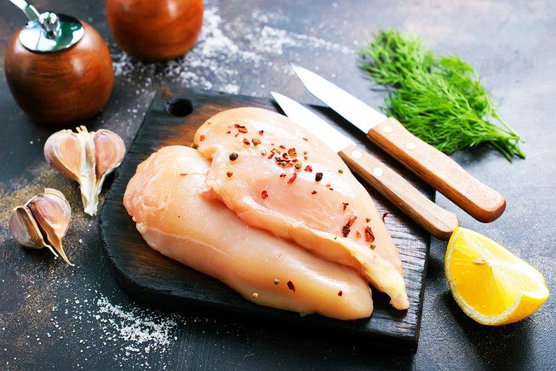 有媒體報導,台灣36年前引進禽肉電宰設備以來,業者多數採用美國習慣,在冰水中添加漂白水殺菌。示意圖/ingimage