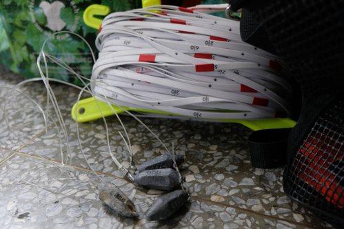 水下工作使用的水尺和用撿來的鉛粒做成的重錘。 特約記者曾以寧/攝影