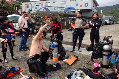陳玄州為珊瑚礁體檢志工講解浮力袋的使用。 圖/陳泰佑提供